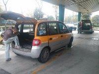 Samochód transportowy na lotnisku
