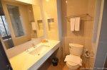 dobre wyposażenie hotelowej łazienki
