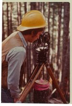 geodeta w trakcie wykonywanie obowiązków zawodowych